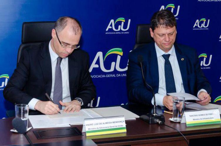 A portaria foi assinada pelo advogado-geral, André Mendonça, em ato com a presença do  ministro da Infraestrutura, Tarcísio Gomes de Freitas