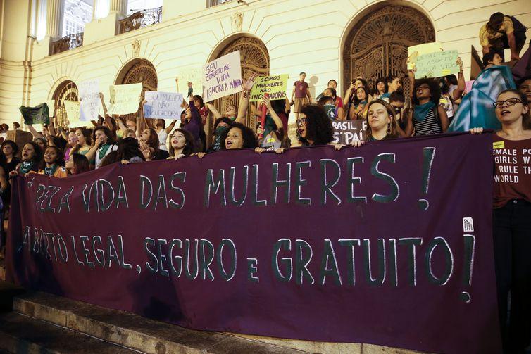 Mulheres fazem marcha pela legalização do aborto, com lenços verdes em referência à campanha que derrubou a criminalização na Argentina.