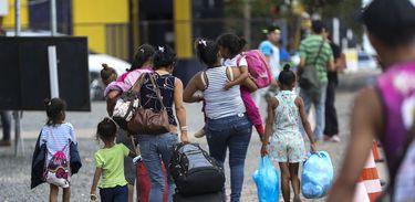 Venezuelanos saem de Pacaraima em busca de abrigo em Boa Vista