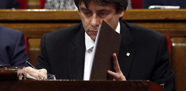 O governador da Catalunha, Carles Puigdemont, se prepara sua fala, no Parlamento regional, em que declarou a independência da Catalunha em relação à Espanha