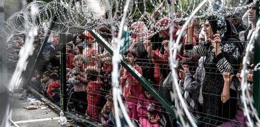 """A Hungria está """"blindando"""" suas fronteiras, levantando barreiras intransponíveis e reforçando a repressão aos imigrantes"""