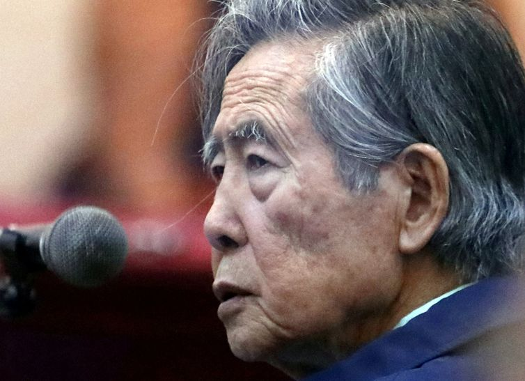 FILE PHOTO: Former President of Peru Alberto Fujimori attends a trial as a witness at the navy base in Callao, Peru March 15, 2018. Picture taken through a window. REUTERS/Mariana Bazo/direitos reservados