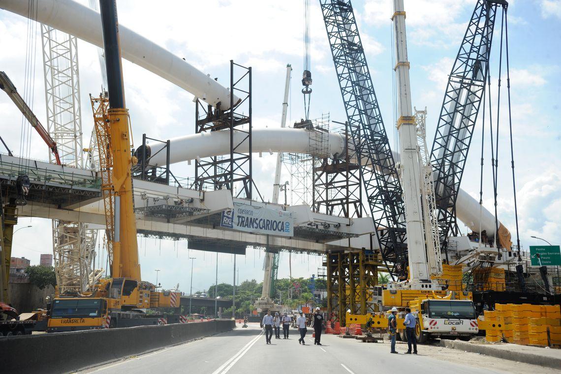 A Avenida Brasil está fechada ao tráfego até quarta-feira (23). A intervenção é necessária para obras de construção do arco do Viaduto Pedro Ernesto, estrutura que integrará o BRT Transcarioca (Tânia Rêgo/Agência Brasil)