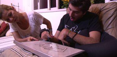 Aos 15 anos Vitor teve um acidente vascular cerebral, que afetou a sua fala e a parte motora. Com o apoio da família, ele criou uma marca de camisetas sustentáveis com estampas desenhadas por ele