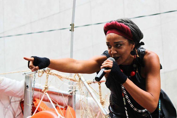 Atriz-MC Roberta Estrela D'Alva no Slam Resistência
