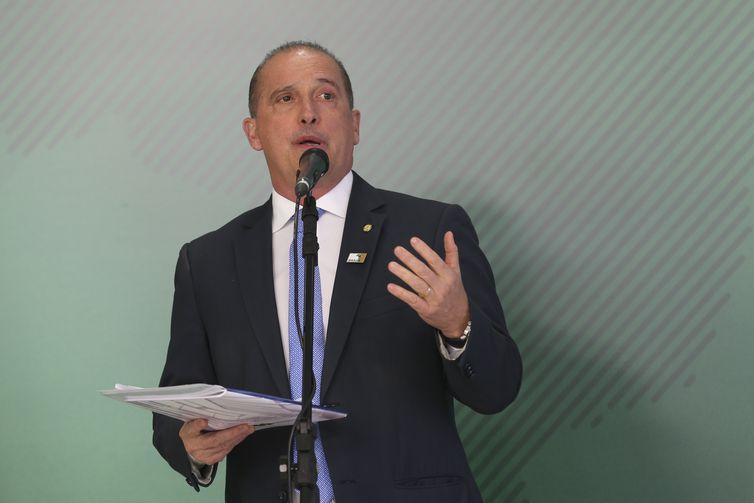 O ministro-chefe da Casa Civil, Onyx Lorenzoni, fala à imprensa após a primeira reunião do presidente Jair Bolsonaro com a equipe ministerial, no Palácio do Planalto.