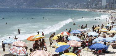 Cariocas e turistas lotam praias da zona sul do Rio