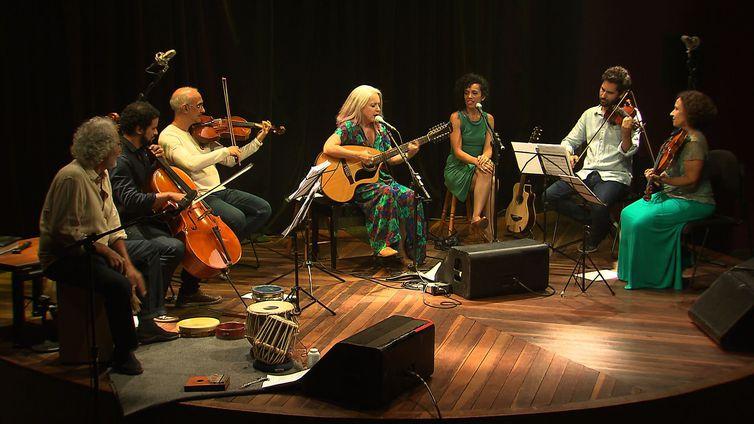Tetê canta parcerias moldadas especialmente à sua voz e clássicos da MPB