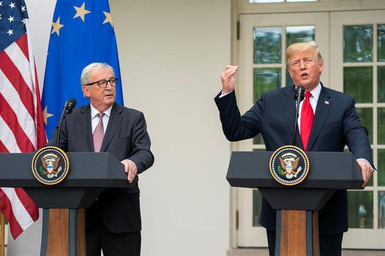 O presidente dos Estados Unidos, Donald Trump, e o presidente da Comissão Europeia, Jean-Claude Juncker, anunciam acordo para evitar guerra comercial e alcançar o fim de tarifas de importação.