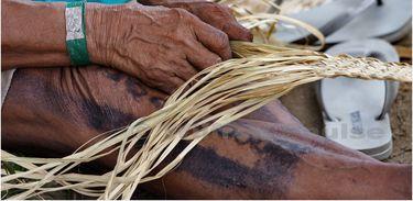 Índia faz artesanato na Kari-Oca 2012 em Jacarepagua, Rio de Janeiro, Brasil