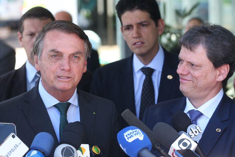 O presidente Jair Bolsonaro e o ministro da Infraestrutura, Tarcísio de Freitas durante entrevista à imprensa