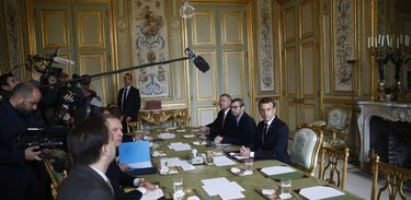 SMA201. Paris (France), 02/12/2018.- French President Emmanuel Macron (R) presides the start of a meeting at the Elysee Palace the day after clashes between police and yellow vest protesters, in Paris, France, 02 December 2018. The so-called