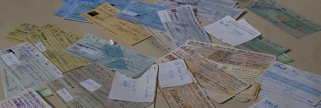 Na foto, cheques, vales e documentos da contabilidade da jogatina que também foram apreendidos. Operação Jackpot II prendeu mais um ligado ao jogo do bicho em Goiânia, Arnaldo Rúbio Júnior, o outro envolvido ainda é procurado.
