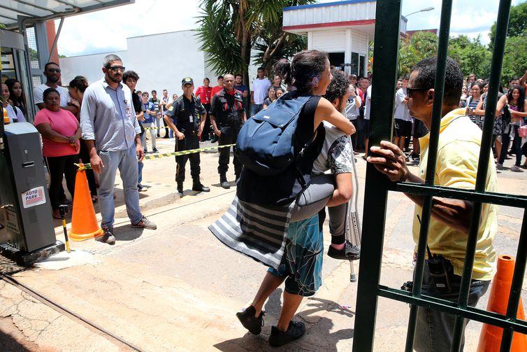 Candidatos chegam para as provas do Exame Nacional do Ensino Médio (Enem). Os portões foram fechados às 13h, horário de Brasília.