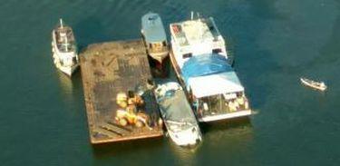 Naufrágio de embarcação no Pará. O barco, que naufragou no Rio Xingu, no Pará, foi ancorado às proximidades da margem com o apoio de uma balsa (Divulgação/Agência Pará de Notícias)