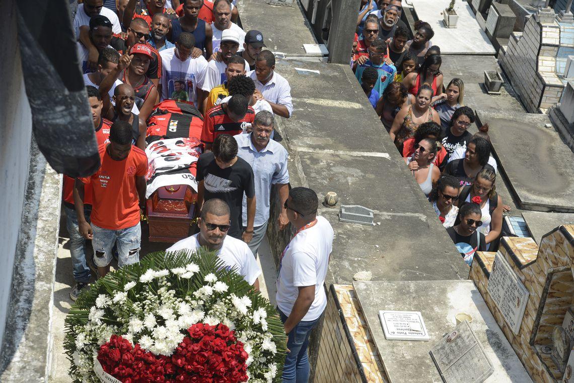 Sepultamento do corpo do goleiro do Flamengo, Christian Esmério, de 15 anos, no Cemitério de Irajá. O atleta foi um dos 10 mortos no incêndio de sexta-feira (8) em um dos alojamentos do Ninho do Urubu.