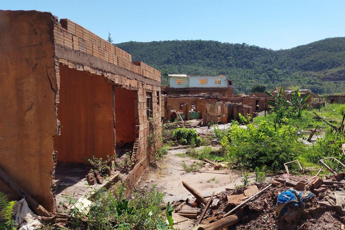 Mariana/MG - Ruínas de casas do distrito de Bento Rodrigues, que foi destruído pela lama da Barragem do Fundão (Léo Rodrigues/Agência Brasil)