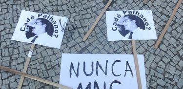 Rio de Janeiro - Passeata de estudantes, movimento sociais, sindicais e partidos de esquerda em repúdio ao golpe militar de 1964 percorre a Avenida Rio Branco para cobrar justiça pelas vítimas da ditadura e punição aos torturadores.