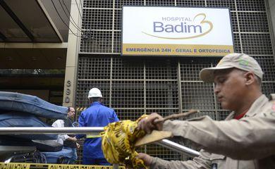 Peritos da Polícia Civil e bombeiros trabalham no Hospital Badim, na zona norte, que foi atingido por um  incêndio que matou 11 pessoas na última quinta-feira (12).