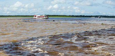 Encontro das águas entre rio Solimões e rio Negro