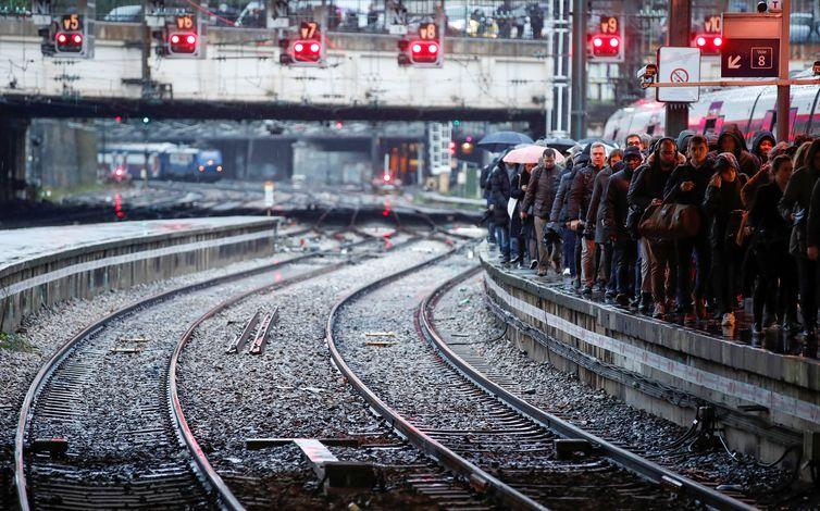 Passageiros andam em uma plataforma na estação de trem Gare Saint-Lazare, em Paris  REUTERS/Christian Hartmann