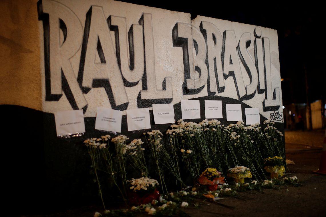 Homenagens florais às vítimas do tiroteio na escola Raul Brasil são vistas em Suzano, São Paulo, Brasil, em 13 de março de 2019. REUTERS / Ueslei Marcelino
