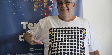 Rio de Janeiro – Pedro Ernesto Marinho, presidente do Cordão da Bola, com a camiseta comemorativa do centenário do tradicional bloco (Tânia Rêgo/Agência Brasil)