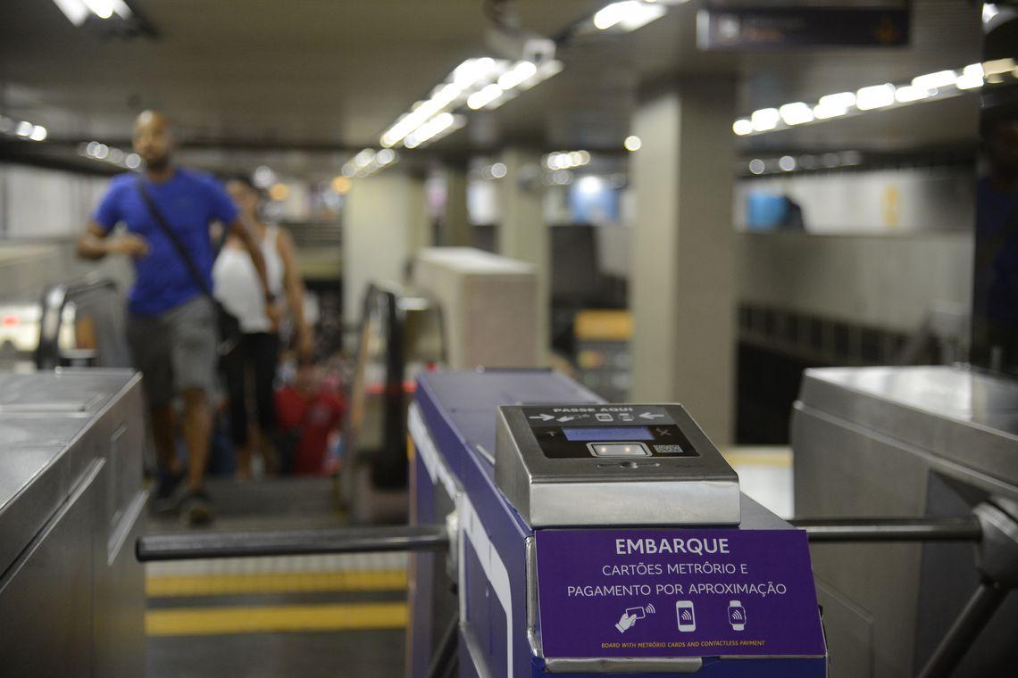 Rio de Janeiro - Metrô Rio lança serviço de pagamento da tarifa por tecnologia de aproximação, com cartões, celulares e outros dispositivos, diretamente nas catracas de embarque das estações.(Foto: Fernando Frazão/Agência Brasil)