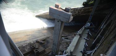 Rio de Janeiro - Desabamento de parte da recém-inaugurada ciclovia Tim Maia, na Avenida Niemeyer, durante uma ressaca no mar de São Conrado, deixa mortos e feridos (Fernando Frazão/Agência Brasil)