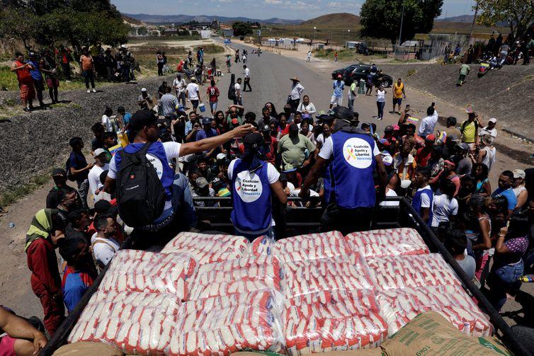 Um caminhão transportando ajuda humanitária atravessa a Venezuela a partir do Brasil,