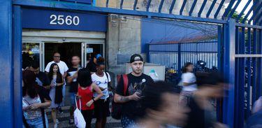 Candidatos deixam a Universidade Estácio de Sá após o segundo dia de provas do Enem