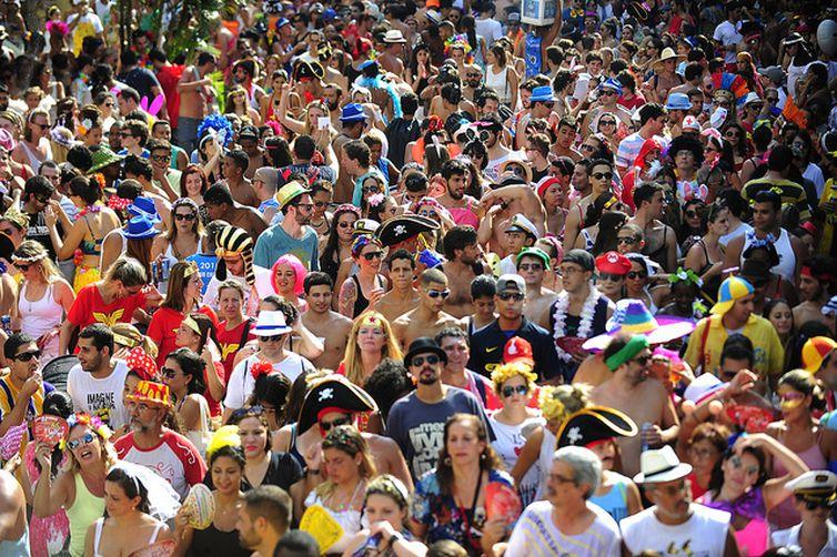 Bloco do Barbas desfila no bairro de Botafogo