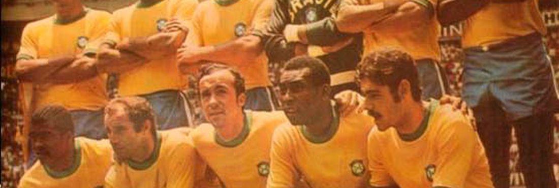 Seleção brasileira antes da partida contra o Peru, na Copa do Mundo de 1970. Da esquerda para direita: Carlos Alberto Torres, Brito, Piazza, Félix, Clodoaldo,  Everaldo; Jairzinho, Gérson, Tostão, Pelé e Rivelino.
