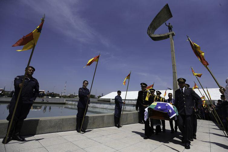 O corpo do ex-governador Joaquim Roriz é levado para o Campo da Esperança,  após culto ecumênico no Memorial JK