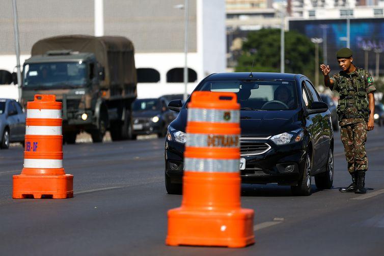 Militares bloqueiam o trânsito e fazem a segurança da área no entorno da Cúpula dos BRICS, que reunirá as delegações do Brasil, Rússia, Índia, China e África do Sul em Brasília