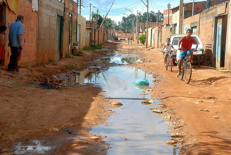 Esgoto a céu aberto em Cidade Estrutural, Distrito Federal, Brasil.
