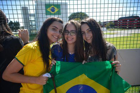 Torcedores fazem festa na porta do hotel onde a Seleção Brasileira está hospedada. Na foto, Giulia Estevão e as irmãs Julia e Luiza Vasconcelos eram as mais animadas no local (Fabio Rodrigues Pozzebom/Agência Brasil)