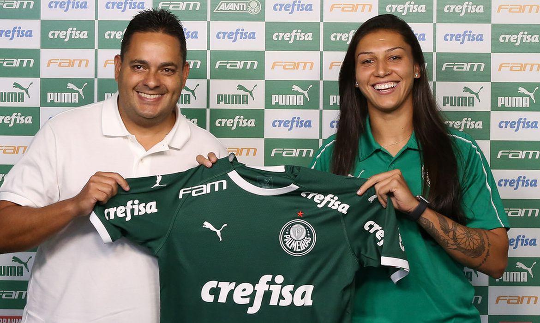 Apresentação de Bia Zaneratto, atacante da equipe feminina de futebol da S.E.Palmeiras, na Academia de Futebol, em São Paulo-SP (Foto: Fabio Menotti)
