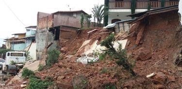 Muro e parte de quintal de casa desabam em bairro de Belo Horizonte por causa de chuva forte