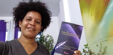 """Sil Azevedo lança o livro """"Filho de Prostituta"""", que conta sua história de solidão, autonegação e preconceito vividos"""