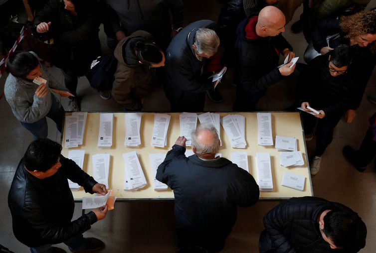 People pick up ballots during general election in Barcelona, Spain, November 10, 2019. REUTERS/Albert Gea