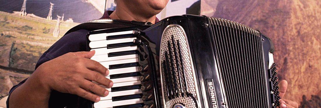 O cantor e compositor Dominguinhos dá entrevista à NBR, o canal de TV a cabo da Radiobrás, em 2003
