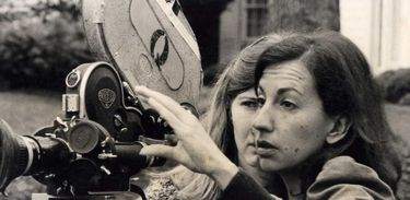 A cineasta Helena Solberg (D), em ação em um de seus primeiros filmes