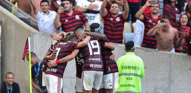 Flamengo bate o Corinthians por 4 a 1 e segue firme no topo da Série A