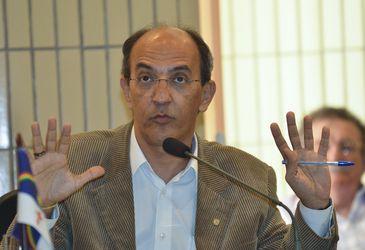 Brasília - Deputado Arnaldo Jordy apresenta relatório sobre a situação de oito grandes hospitais de emergências (José Cruz/Agência Brasil)