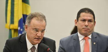 O relator da proposta de reforma da Previdência (PEC 06/19), deputado Samuel Moreira, e o presidente, Marcelo Ramos, durante sessão para apresentação do seu parecer sobre o projeto durante reunião da Comissão Especial que analisa o texto.