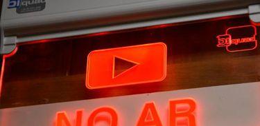 No ar, rádio, televisão, comunicação, jornalismo