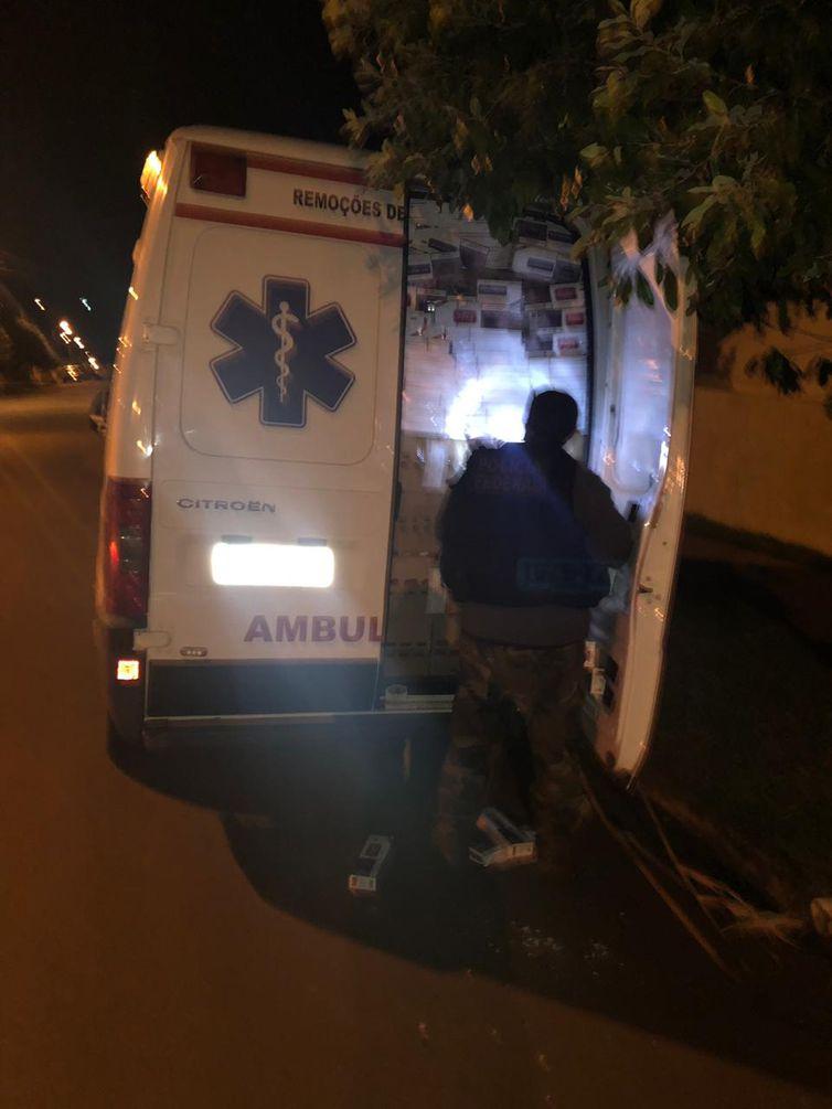 Ao verificar a ambulância, os policiais federais um carga de cigarros contrabandeados do Paraguai