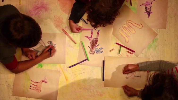Crianças desenhando