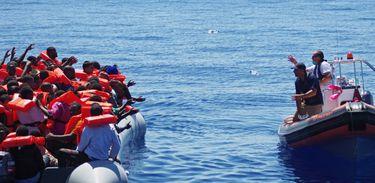 Guarda costeira italiana resgata imigrantes no Mediterrâneo